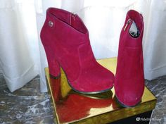 Stivaletto rosso scamosciato con tacco largo alto 12 cm. Nonostante l'altezza queste scarpe sono molto comode, ideali anche per lunghe passeggiate!