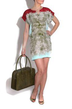 Vestido PENSAMIENTO de Miriam Ocáriz, bolso de Vega Cárcer y zapatos de Serena Whitehaven