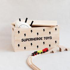 "Baúl infantil de madera con frase ""Superheroe toys"" -Minimoi"