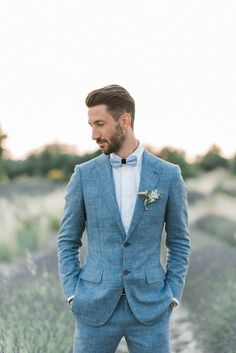 Chic Lavender Field Provence Hochzeit Bräutigam anzug in 2020 Groom Outfit, Groom Attire, Groom And Groomsmen, Blue Suit Groom, Groom Suit Vintage, Groom Suits, Summer Groom Suit, Blue Suits, Costumes Bleus