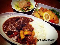 カレーには蓮根とカボチャのチップスを添えました!お腹いっぱいヽ(´o`; - 237件のもぐもぐ - ビーフカレー トンカツ、カキフライ・ホタテサラダ by kamasann