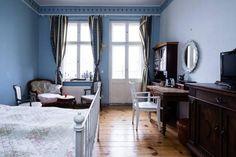 Großes WG-Zimmer mit blauen Wänden in Berlin Pankow
