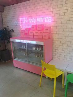 フォトジェニックで可愛いカフェが次々とオープンし、話題になっている韓国。 韓国にはシーズンごとにメニューがチェンジするカフェが多く、この夏にも新作がたくさん登場しています! 今回は韓国の中でも特に可愛いカフェが集まる街、弘大(ホンデ)の最新カフェ&新作メニューをご紹介!