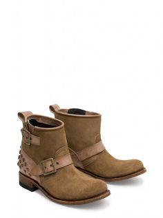 Sendra Boots os presenta este nuevo modelo de temporada dónde el diseño y la calidad se combinan a partes iguales para crear unas botas con mucho estilo. ¿Qué os parecen?    Sendra Boots presents you this new collection model where where quality and design are combined equally in order to create this stylish boots. What do you think?  #Sendra #Boots #Botas #Woman #Trend #Fashion