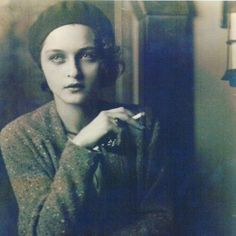 Corinne (Michael) West - an abstract expressionist woman painter. She was also a poet, actress and writer. Portrait by Jon Boris - 1930 Vintage Love, Vintage Beauty, Vintage Ladies, Belle Epoque, Fotografia Retro, Jolie Photo, Up Girl, Vintage Photographs, Old Photos