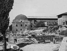 Arkeolojik kazı alanı içerisine inşa edilen İstanbul Üniversitesi Merkez Kütüphanesi'nin görünüşü