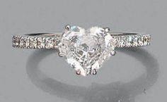 Bague en or gris 18k sertie d'un diamant taillé en coeur épaulé d'une ligne de petits diamants de taille brillant Poids brut:3.1gr Tour de doigt:56 Diamant accompagné d'un certificat GIA précisant Poids:… - Aguttes - 14/02/2015