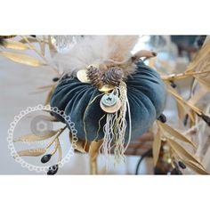 Velvet Pumpkins, Fabric Pumpkins, Christmas Ideas, Christmas Decorations, Xmas, Fabric Crafts, Bucket Bag, Bee, Diy Ideas