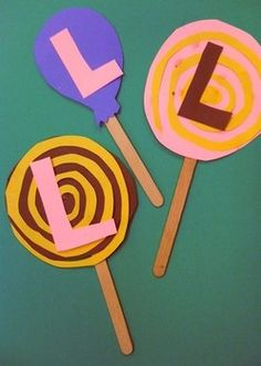 Decorate paper lollipops with the letter L.