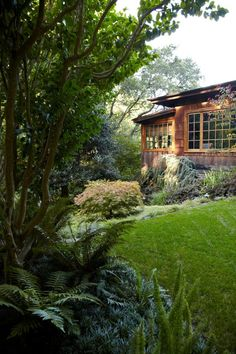 Schatzes rebuilt their Mill Valley house and garden, with the help of San Anselmo, California-based garden designer Jan Gross of Heritage Landscapes. Back Gardens, Outdoor Gardens, Beautiful Gardens, Beautiful Homes, Seaside Garden, Hillside Garden, Beverly Hills Houses, California Homes, Gardens
