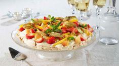 Nyttårspavlova med limekrem og eksotisk frukt Frisk, Pavlova, No Bake Cake, Pasta Salad, Camembert Cheese, Potato Salad, Mango, Dairy, Food And Drink