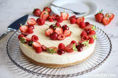 Kremete ostekake med sitron og røde sommerbær | Det søte liv
