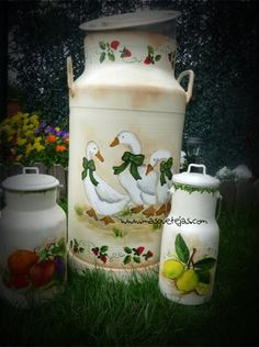 paragueros pintados a mano - Buscar con Google Painted Milk Cans, Milk Can Decor, Old Milk Cans, Vintage Milk Can, Country Paintings, Hearth And Home, Metal Tins, Tole Painting, Bottle Crafts