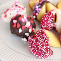 DIY Valentine Fortune Cookies, only 5 minutes needed! Valentine Chocolate, Fortune Cookie, Easter Cookies, Easy Cookie Recipes, Valentines Diy, So Little Time, Sweet Tooth, Sweet Treats, Favorite Recipes