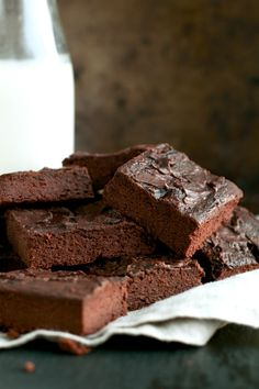 These healthy chocolate lover's blender brownies are so fudgy and chocolatey that you'd never be able to tell they're made without flour, butter, or oil! Chocolate Banana Brownies, Melting Chocolate Chips, Healthy Chocolate, Chocolate Recipes, Brownie Recipes, Dessert Recipes, Paleo Treats, Healthy Desserts, Healthy Cooking