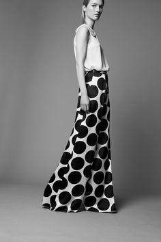THE TROUSERS: Pantalones con presencia y una sencilla blusa blanca con cuello joya. ADOLFO DOMINGUEZ
