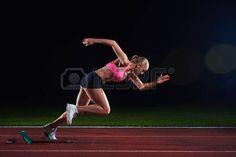 courir: conception pixélisé de la femme sprinter laissant starting-blocks sur la piste d'athlétisme. Vue de côté. début exploser