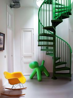 Green Stair Case: Designer Matali Crasset Fotógrafo Albert Font Portrait Franck Follet Fonte IDEAT 100 ABRIL-MAIO 2013
