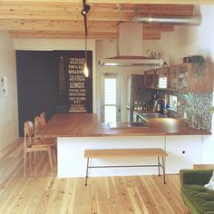 jennyさんの、黒板塗料,漆喰,杉床,無垢材,soramado,ソラマドの家,真鍮ライト,バスロールサイン,コの字キッチン,キッチンカウンター,ベンチ,ナチュラル,男前,部屋全体,のお部屋写真