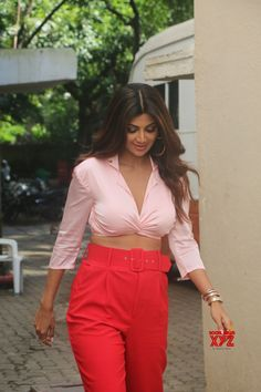 Hindi actress Shilpa Shetty spotted at movie studio at bandra. Shilpa Shetty was seen in the orange trouser and white shirt when spotted. Bollywood Outfits, Bollywood Actress Hot Photos, Indian Actress Hot Pics, Indian Bollywood Actress, Bollywood Girls, Beautiful Bollywood Actress, Beautiful Indian Actress, Beautiful Actresses, Hindi Actress