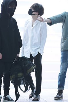 Now this is an airport look, and it has nothing to do with his clothing. Because he would look as sexy and cool in almost anything.