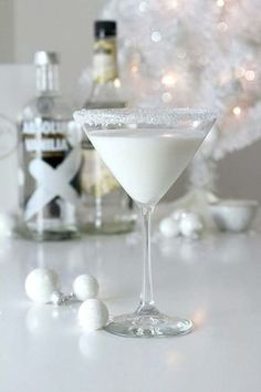 Check out the perfect winter cocktail - the White Chocolate Snowflake Martini that will have you feeling the holiday cheer in no time! Great for a winter or holiday cocktail party. Festive Cocktails, Christmas Cocktails, Holiday Cocktails, Holiday Parties, Party Drinks, Cocktail Drinks, Alcoholic Drinks, Vodka Cocktails, Beverages