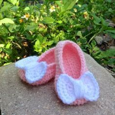 Free crochet pattern for baby girl shoes with bow by Bellus Threads