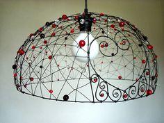 Srdíčkování. Drátovaný lustr. Wire Crafts, Bead Crafts, Wire Board, Lamp Makeover, Iron Wire, Diy Chandelier, Alcohol Ink Art, Lamp Shades, Craft Work