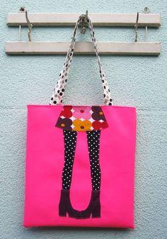 """Sacola """"Garôtas"""",é exclusiva e linda...Em material sintético com aplicação de tecidos estampados,forrada com um floral com jeito de retrô...  -Tecido externo sintético rosa com aplicação de tecido de malha entretelado. -Tecido interno algodão floral -Possui  bolso interno fechado com zíper --Alças em algodão estampa de poá  Dimensões    35,5 cm L x  3,5 cm A R$ 60,00"""