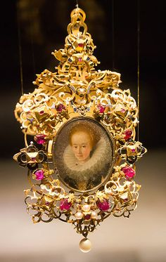 File:Renaissance miniature pendant; gold, pearls and rubies; located in the Schmuckmuseum in Pforzheim.