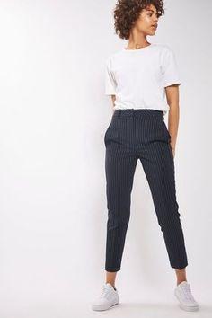 10 Peças para você começar a montar seu closet básico. T-shirt branca, calça de alfaiataria preta risca de giz, tênis branco