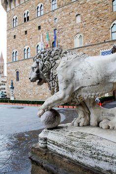 ウフィツィ美術館周辺にある彫刻。 マルゾッコ(大理石の獅子像)は、フィレンツェのシンボルです。