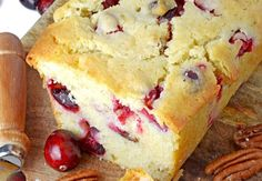 Une superbe recette de pain qui est très facile à faire... Un pain avec des belles couleurs de Noël et que vous pouvez congeler. Je dis ça comme ça :) Kid Desserts, Christmas Desserts, Christmas Recipes, Cranberry Bread, Dessert Bread, Pound Cake, Sweet Recipes, Muffins, Cheesecake