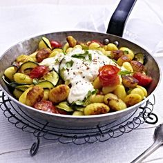 Gnocchi-Zucchini-Pfanne mit Feta-Cracker-Haube Rezept | LECKER