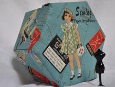 Sechseckige Sewing Box - Stoff bezogen Cartonnage - VIntage Sewing Pattern  Ein handgefertigt, zu einer Art Box Hand aus stabilen Karton geschnitten und in Top-Qualität aus Baumwolle abgedeckt. Retro Nähen Bilder auf ein blaugrün-Hintergrund-Feature auf der Außenseite dieses Kastens mit blaugrün und Rosa Sekt Stoff nach dem Innenraum Ideal für eine Näh-Box oder Ihre wertvollen Gegenstände zu halten.  Das Handwerk des Cartonnage entstand in Frankreich und beinhaltet Elemente von Karte…