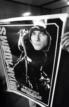 Курт Кобейн сквозь плакат Брайана Адамса, Стокгольм, 1991 год.