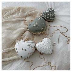 Embroidery Hearts, Floral Embroidery, Embroidered Flowers, Estilo Floral, Fashion Bags, Fashion Accessories, Fleur Design, Design Floral, Schmuck