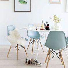 Crie um espaço de refeições arejado utilizando móveis modernos e cores claras. Um lustre diferente e quadros nas paredes complementam a decoraçaõ do espaço. #decoration #instadecor #instahome #casa #home #interiordesign #homedesign #homedecor #homesweethome #inspiration #inspiração #inspiring #decorating #decorar #decoracaodeinteriores #Mobly #MoblyBr