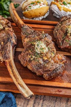 How to Cook the Perfect Tomahawk Steak Easy To Cook Meals, How To Cook Beef, How To Grill Steak, Grilled Steak Recipes, Grilling Recipes, Beef Recipes, Cooking Recipes, Tomahawk Steak Recipe, Tomahawk Ribeye
