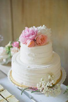 Sencillo, decorar con listón rojo y flores blancas y rojas.