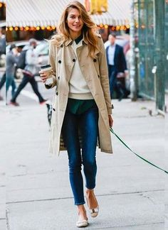 Jessica Hart looks chic while walking her dog in NYC. Jessica Hart looks chic while walking her dog in NYC. Street Style Inspiration, Inspiration Mode, Fashion Inspiration, Mode Outfits, Stylish Outfits, Winter Outfits, Dressy Outfits, Fashion Mode, Look Fashion