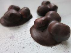 Nuss an Nuss... 1 Backblech 125 g Haselnüsse ganz ohne Schale 50 g Haselnussmus 50 g Schokolade 85% 2 TL Stevia Streusüße im Mörser zu Puderzucker zerstoße