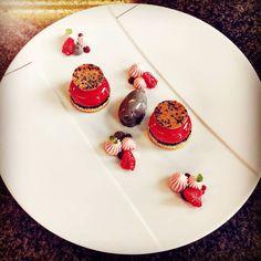 Merci @turcasmarc pour la photo Panna Cotta, Restaurant, Ethnic Recipes, Food, Bassinet, Raspberry, Thanks, Dulce De Leche, Diner Restaurant