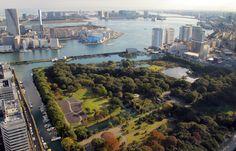 Jardines de Hamarikyu. Se trata de un parque público. Localizados en la desembocadura del río Sumida, su apertura al público ocurrió el 1 de abril de 1946. El parque tiene una superficie verde de 250,165 m² alrededor del estanque Shioiri y también está rodeado por un foso de agua marina proveniente de la bahía de Tokio. Los jardines existen desde el siglo XVII, y en sus inicios formaban parte de una villa de la familia Tokugawa.
