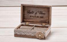 Portador del anillo de bodas anillo de bodas anillo caja rústica Vintage anillo de boda titular almohada portador caja personalizados madera madera caja de la caja / HB-3  Cada uno de mis artículos son único y están hecho a mano con cuidado y amor.  Esta caja de anillo de madera rústica ha sido pintada, agobiada y decorada con arpillera, ivory de encaje y vintage busca flor marfil.  Tamaño: 14 cm x 9 cm x 5 cm / 5,5 pulgadas x 3.5 pulgadas x 1.9 pulgadas  HECHO POR ENCARGO!  Toma…