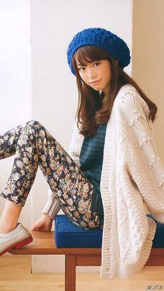 Kiritani Mirei. Big sweater, floral pants.