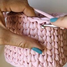 Crochet Bag Tutorials, Crochet Stitches For Beginners, Crochet Instructions, Crochet Videos, Crochet Crafts, Crochet Projects, Crochet Backpack Pattern, Crochet Basket Pattern, Crochet Patterns