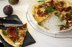 Tarte figues, #roquefort et miel // Plus de #recette au roquefort sur le blog Les recettes Roquefort Papillon : www.recetteroquefort.fr Vegetable Pizza, Vegetables, Blog, French Food, French Tips, Honey, Fig Tart, Pies, Main Courses