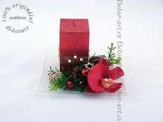 Svícen na vánoční stůl v červené barvě s velkou čtvercovou svíčkou. Gift Wrapping, Gifts, Design, Gift Wrapping Paper, Presents, Wrapping Gifts, Favors, Gift Packaging