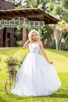 Criado a partir de 30 metros de tule macio, este vestido de noiva possui uma saia volumosa leve e confortável, perfeita para noivas que buscam um vestido de princesa com um toque contemporâneo